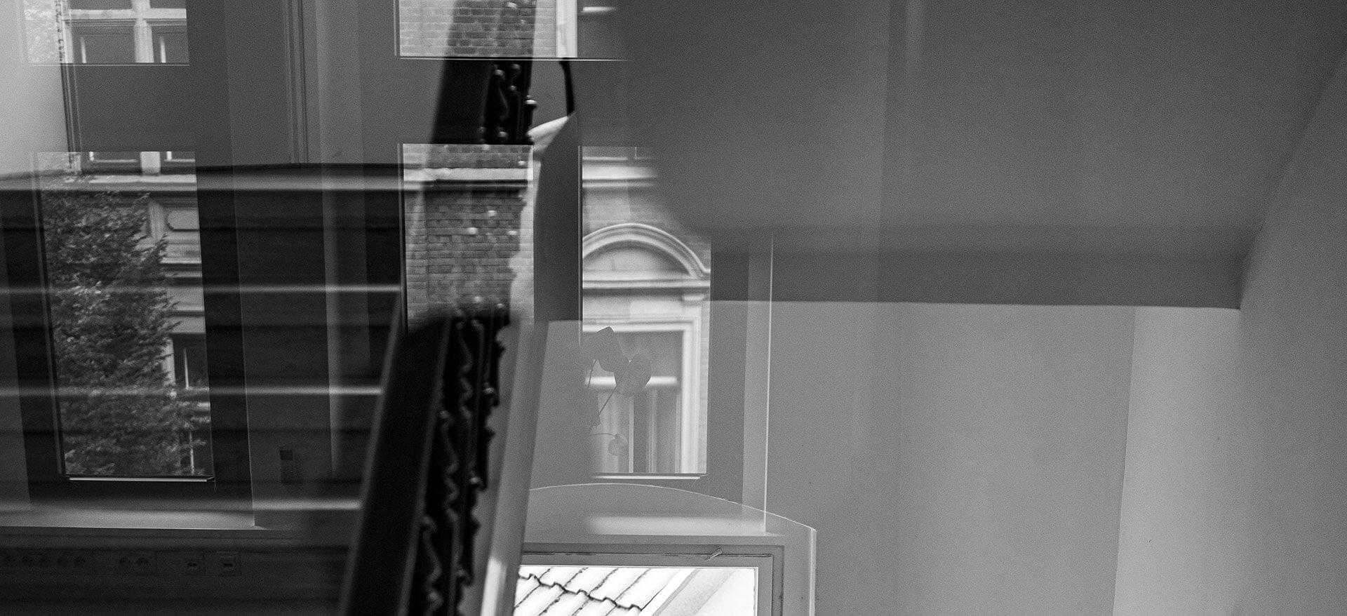Treppenhaus durch die Eingangstür betrachtet